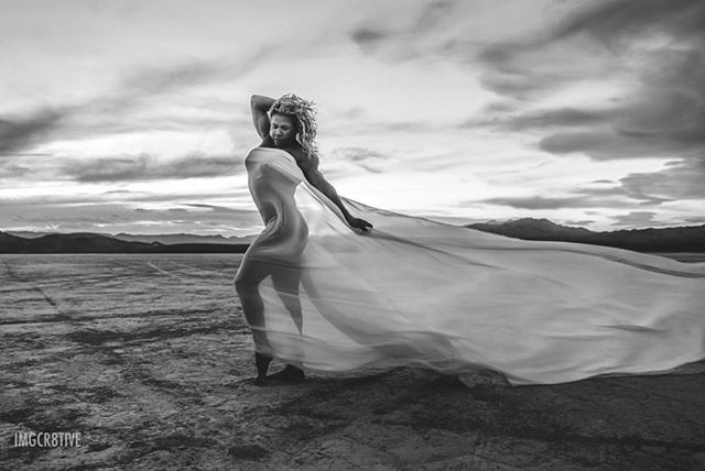 The moments when everything just works in your favor (the posing, the wind, the sky) you can't help but be in awe of the beauty that is captured. Sunset Muse: @heathergraceifbbpro #ifbbpro #ifbbcompetitor #ifbbphysiquepro #ifbbphysique #desertsunsets #fitnessphotography #womenwholift #womenwithmuscle #fitnessphotoshoot #coloradogirls #girlgains #bbgprogress #olympia #bbgcommunity #ifbb #muscleaddict #bbgfamily #physique #aesthetics #girlswithmuscles #bbgfitfam #girlsthatlift #liftheavy #windy #flowydress #windydays #desertfun #fitphotography #denverfitnessphotographer #denverfitnessphotography
