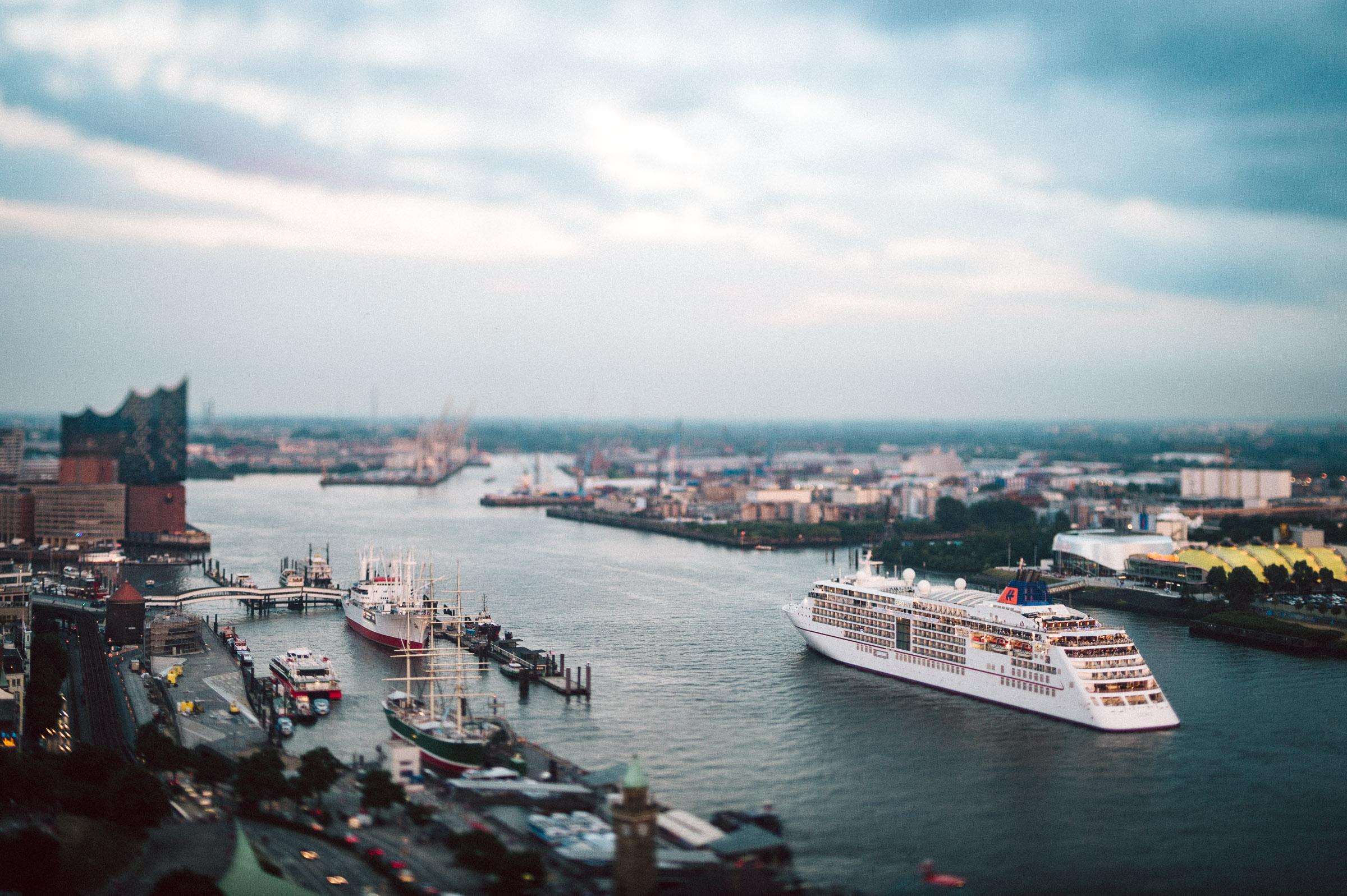 WERBUNG | Blick auf den Hafen der schönsten Stadt der Welt. Der Freien und Hansestadt Hamburg.