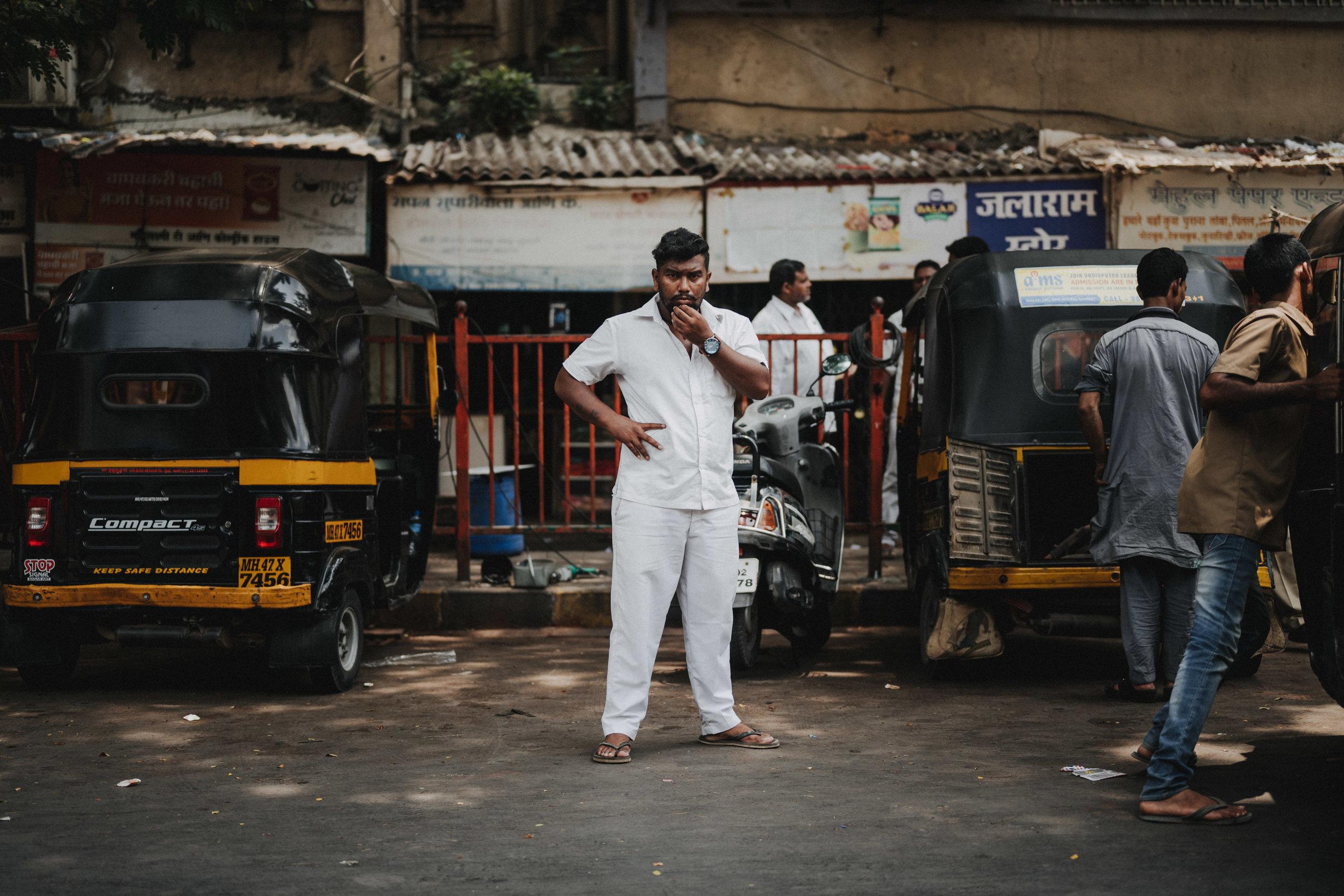 in dieser Strasse werden Rikschas und Motorroller in Mumbai repariert