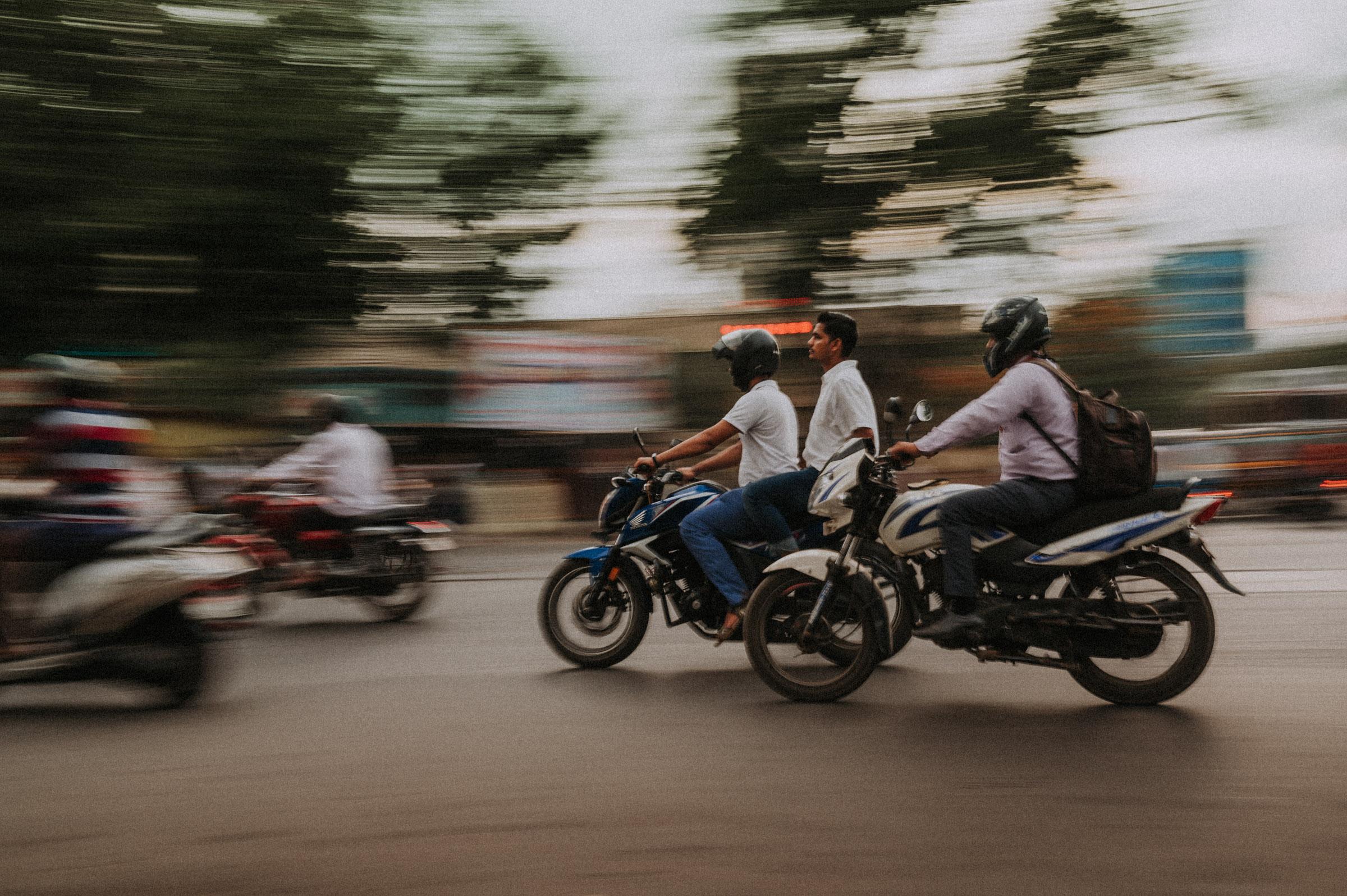 Verkehr mit Motorrollern in Mumbai