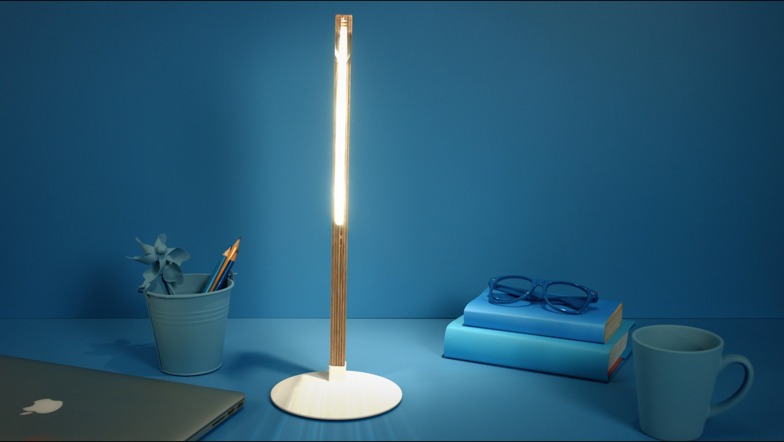The slim, two-dimensional profile of the DESKi reading lamp from the ByBulbing Collection, from Studio Cheha