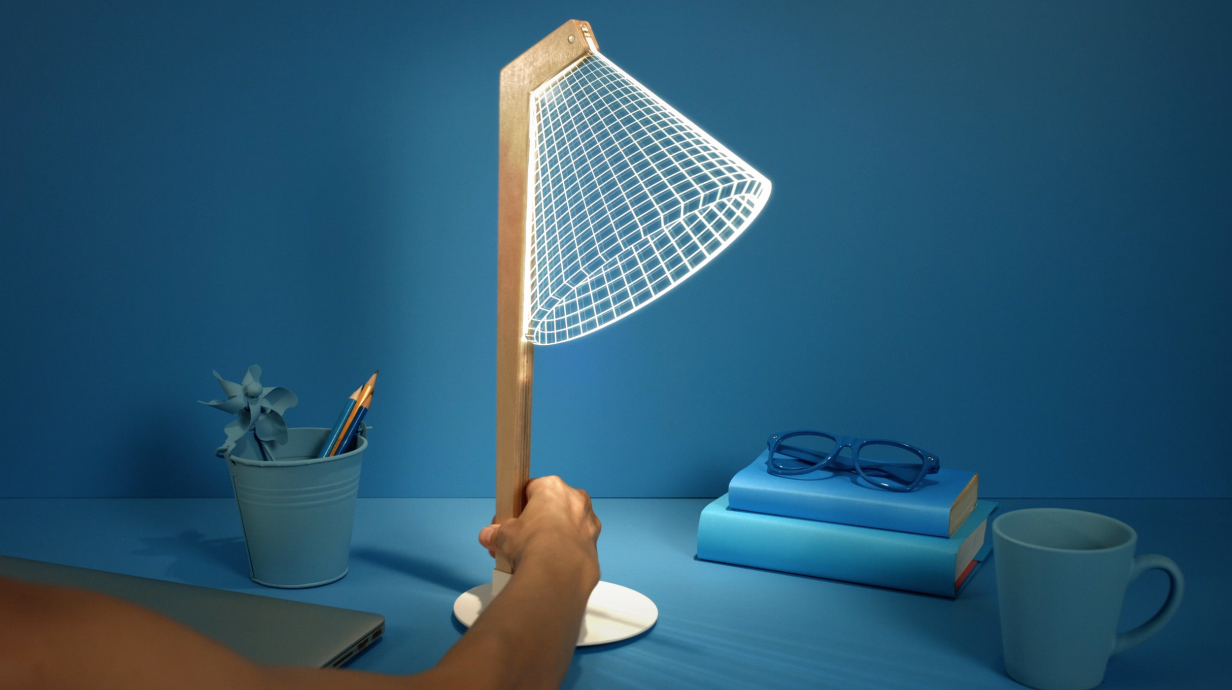 The slim, two-dimensional profile of the DESKi reading lamp becomes three dimensional.