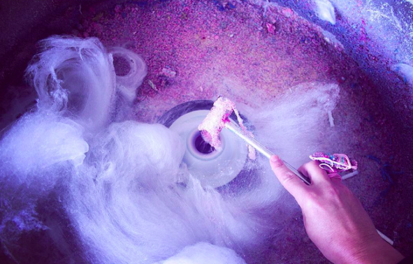 Martijntje capitalizes on the changeable, dynamic aspect of candy floss in here work.