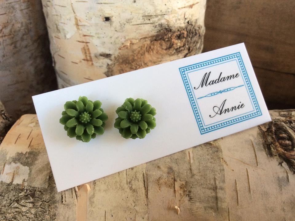 e-stud25-ol<br>olive medium daisies</br>