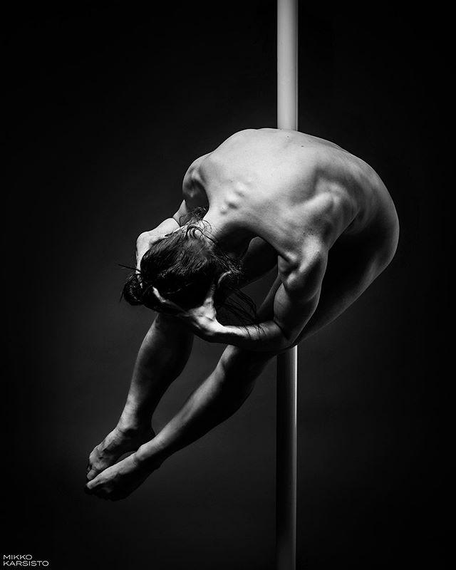 The Skull. The pole dancer. Take your pick. 💀👽 @neiti.mustikka 👽💀 . . #skull #bones #dancing #dancer #polelove #dancephotography #blackandwhite #abstract #gymnastics #acrobatic #acrobatics #aerialdance #aerialacrobatics #art #abstractart #tanssi #tankotanssi