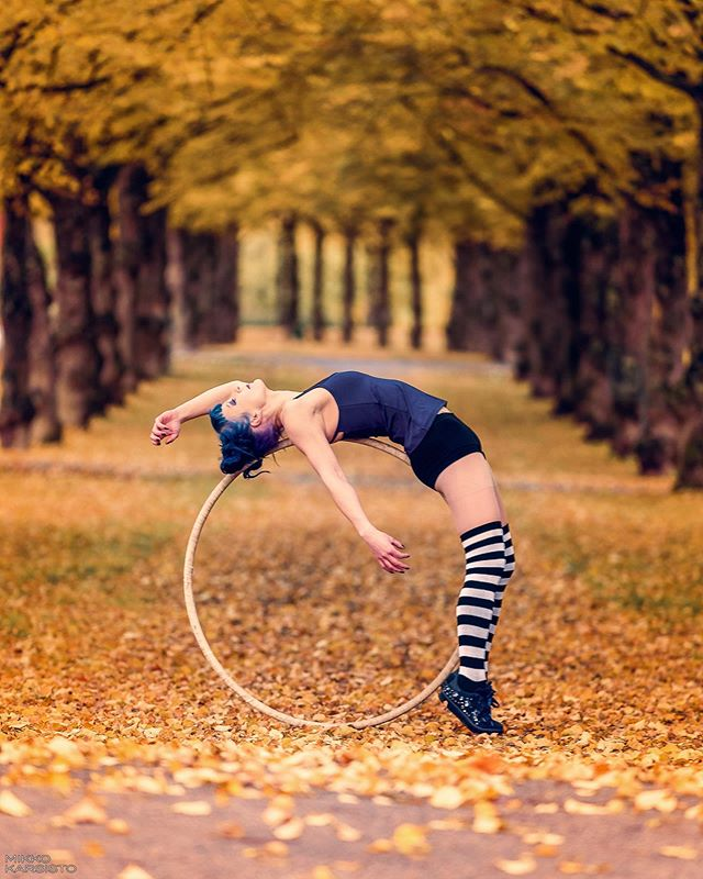 🍁🍂 @neiti.mustikka 🍂🍁 . . #fall #fallcolors #color #colour #dancer #dance #dancephotography #aerialring #contortion #flexible #flexibility #nature #acrobatics #finland #tanssi #tampere #syksy