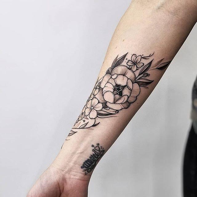 Full freehand floral wrap on @hairlovebykate . If you are in the Ottawa area, she does incredible work 🖤  Done @inkandwatertattoo #news #market #tattoo #tattoos #city #love #lovetoronto #blackandwhite #model #beautiful #cute #btattooing #best #tattoolife #tattooist #liveauthentic #foodbloggers #cutetattoo #toronto #butfirstcoffee #summer #lifestyleblogger #blackandwhitephotography #blackworkers #blackworkerssubmission #ink #inkandwatertattoo #primalattitude