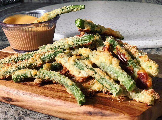 Peace ✌🏾. Didn't know I needed Parmesan crusted green beans in my life, but I definitely did. Recipe is on the blog. Link is in the bio. 💥🌱