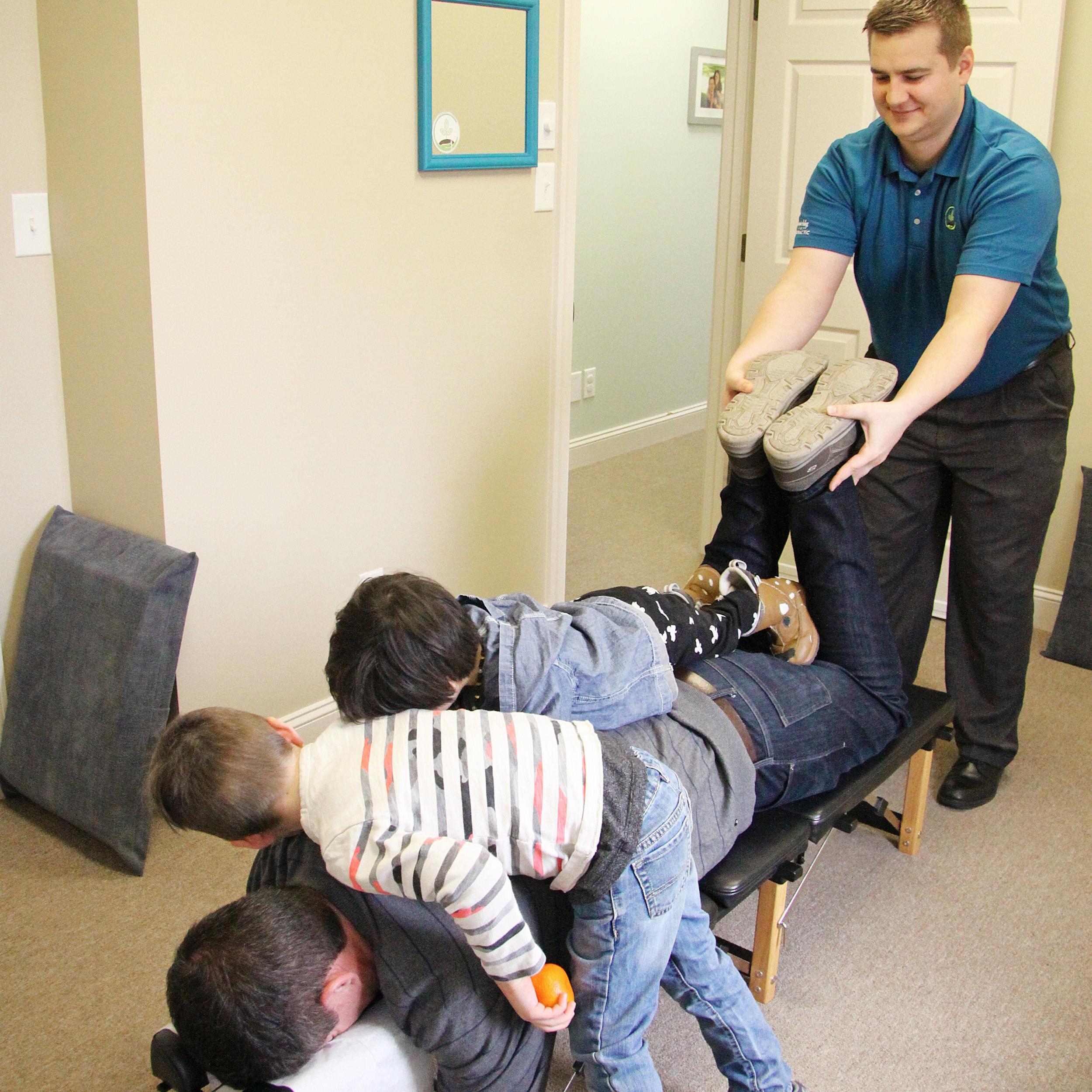 roanoke-chiropractor-family-adjustment.jpg