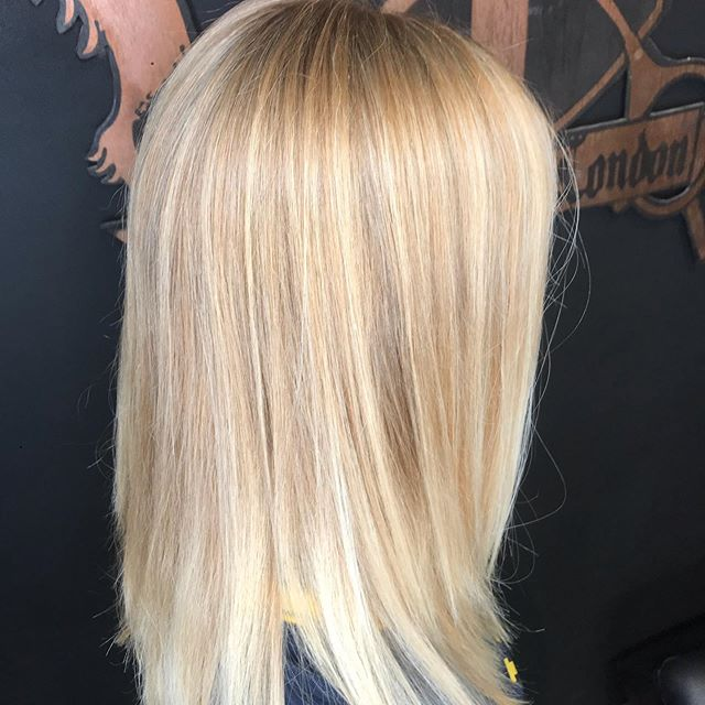Beautifully blended blonde🌻 . This sunkissed full foil was done by our top stylist Rhuby! She incorporated three different lighter colors for a beautiful blend and an easy grow out for her guest! . . #blonde #blondefoils #sunkissed #summer #longhair #streetsoflondonsalon #chicago