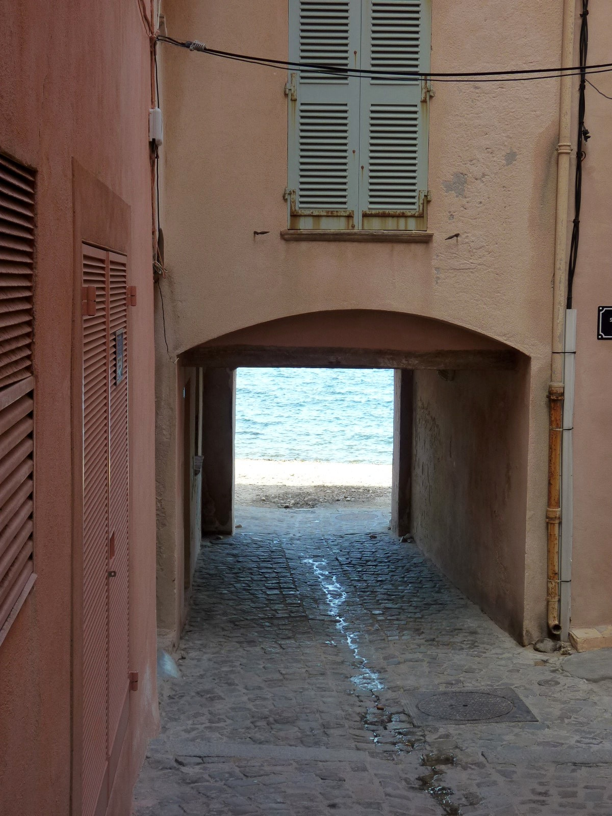 St-Tropez-passage-to-beach.jpg