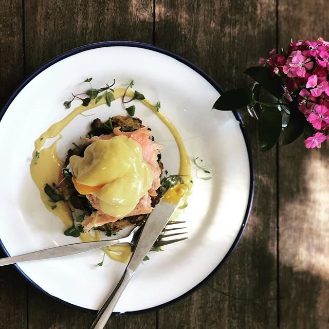 House smoked salmon, sweet potato hash, wilted spinach, poached egg & saffron hollandaise. Happy Mother's Day 💋 . . . #gillstcafe #mosmanparkcafe #urbanlistperth #broadsheetperth #breakfastinperth #perthfoodies