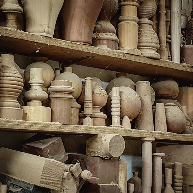 Collecting handles from the wood turner yesterday. It's always very inspiring to see inside the world of someone who is so good at their craft. I love these shelves full of pieces of turned wood - this is only a tiny fraction of them! I'm thinking about lamps....