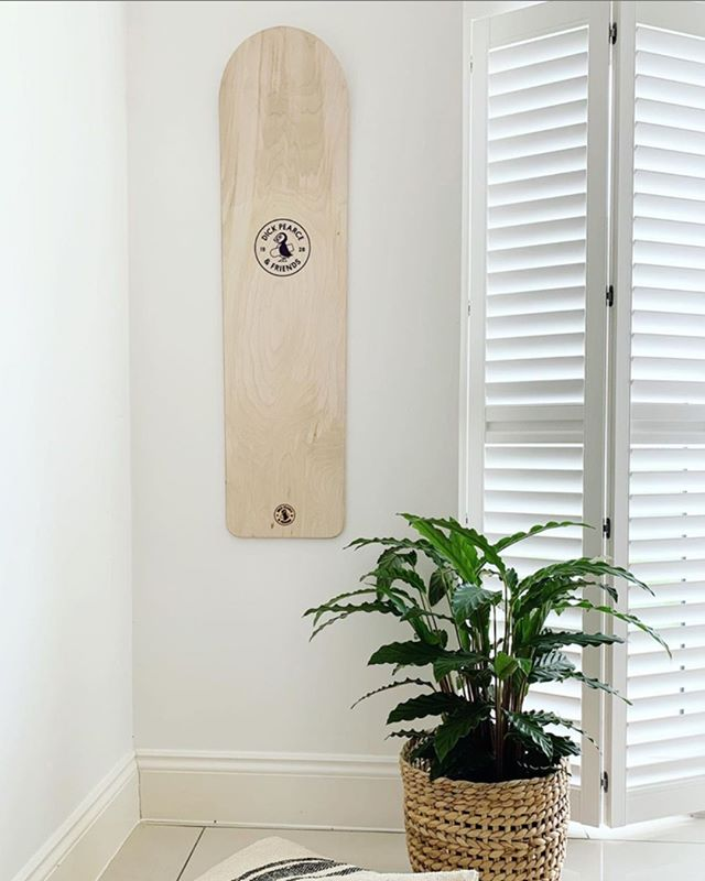 Where does yours live when its not shredding? Thanks @fabulousplaces for sharing 🙌 #woodisgood #boardart #bellyboard #surf #interiorstyle #plantlife #inspiremyinteriors #surflifestyle #scandiinspired #plywood #handmade #cornwall