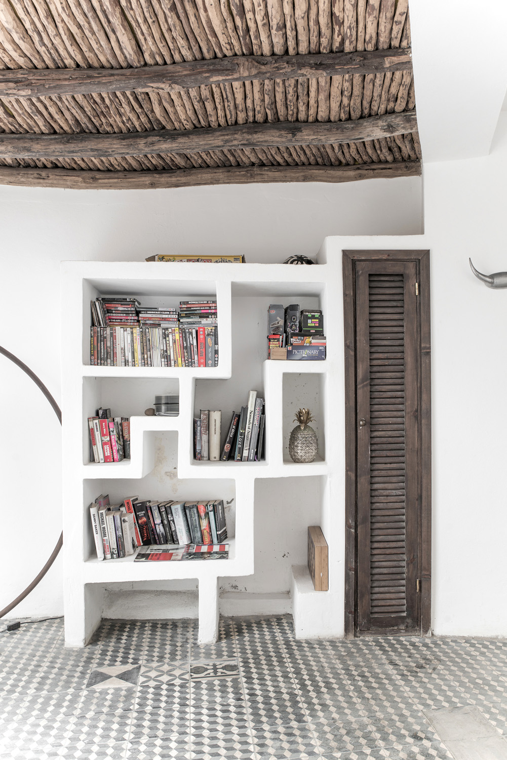 CClassic moroccan features and shelf