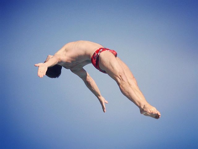 """Once you have tasted flight, you will forever walk the earth with your eyes turned skyward, for there you have been, and there you will always long to return."" Aim high and reach for your dreams... .⁣⠀ .⁣⠀ .⁣⠀ .⁣⠀ .⠀⁣⠀ #diving #sport #swimwear #speedos #workout #jump #athlete #trampoline #photography #masters #gymnastics #justme #beachbody #brits #iphonesia #worldchampionship #instagood #instagoodmyphoto #me #bestoftheday #england"