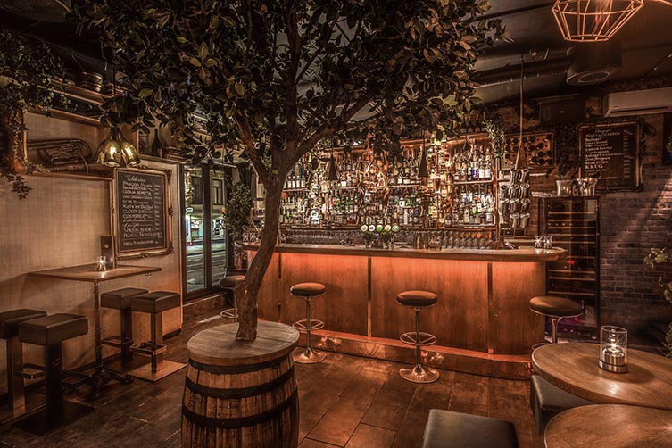 F6 cocktailbar: bilde av baren