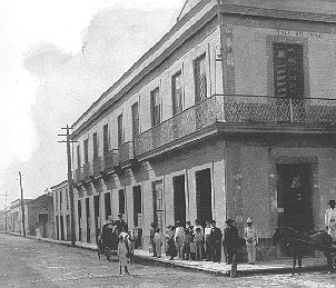 "An 1898 photo of the building occupied by the hotel ""Isla de Cuba"", that would eventually become the Trinitarian School."