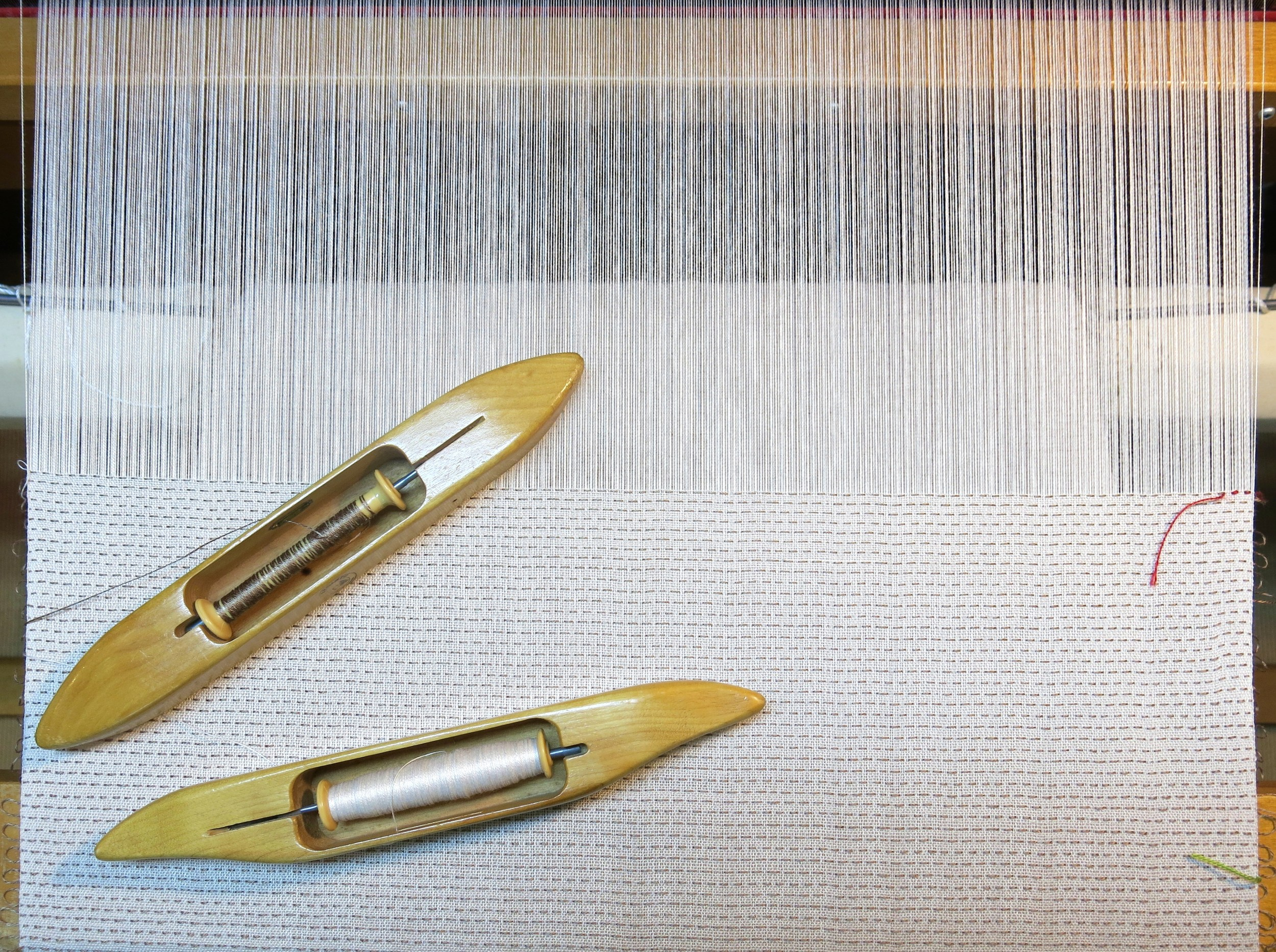 The colored threads (right) mark pattern repeat.
