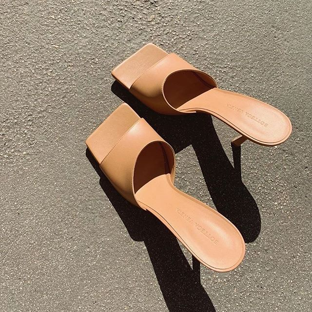 """I firmly believe that with the right footwear one can rule the world."" —Bette Midler . In today's case it happens to be a pair of @bottegaveneta leather mules 