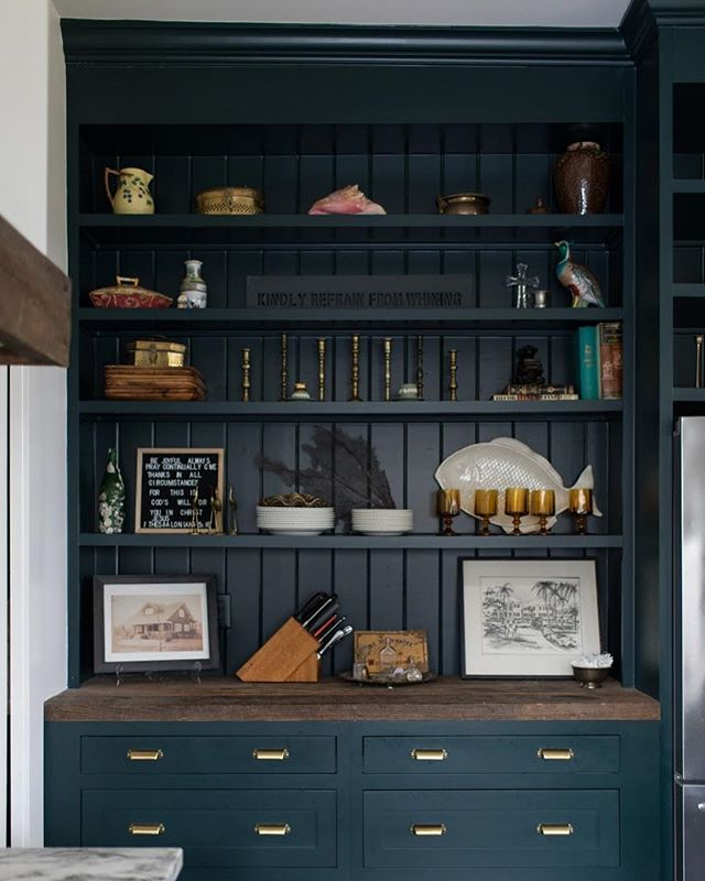 The charming nook in this kitchen is the perfect place to display family pieces and collected items like the ones you can find from @maryandwilma. #ketchamandco