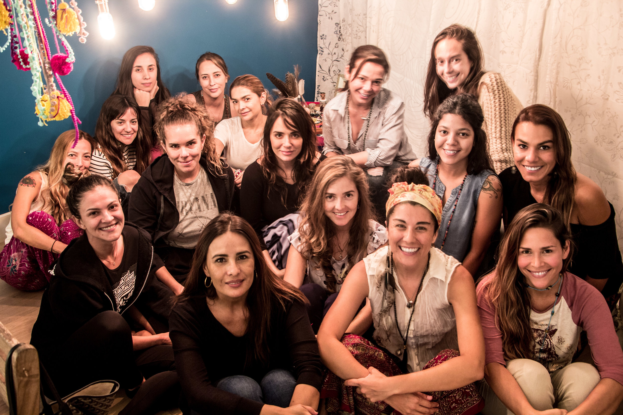 Intuitive writers de derecha a izquierda, abajo hacia arriba. Joemy, AlasdeOrquidea, Vicky, María, Lousiana, Juli, Diana, Caro, Caro, Dani,Ángela, Sara, Margarita, Narda, Susi, Gina.