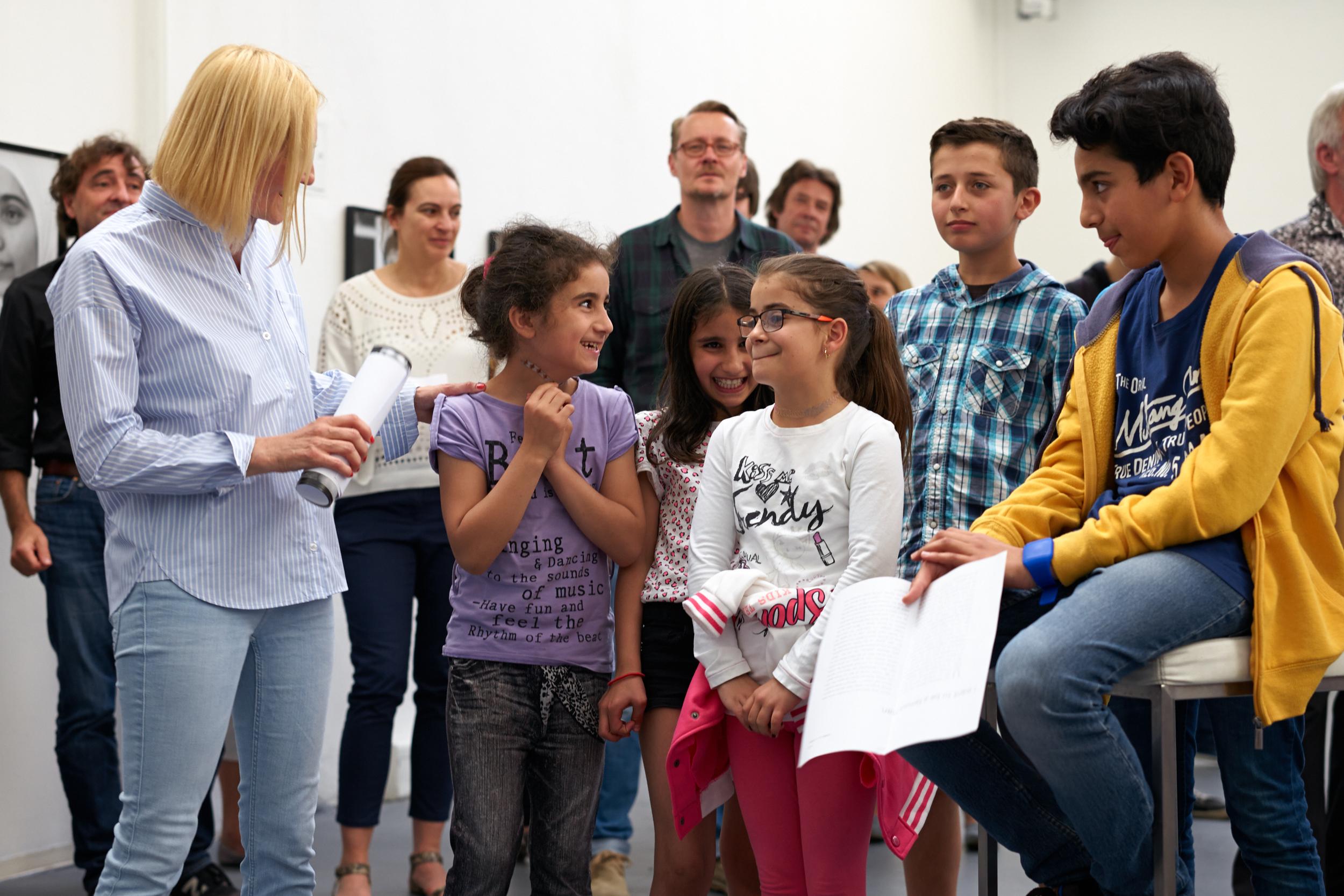 Edith Held mit porträtierten Kindern zur Ausstellungseröffnung_print (3 Mb)     Edith Held mit porträtierten Kindern zur Ausstellungseröffnung_web (925 kb)