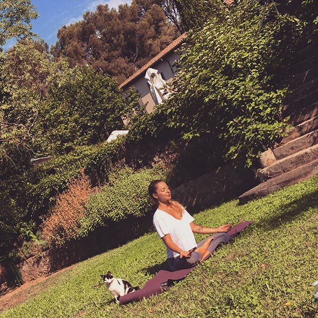 Dimanche matin j'ai reçu un petit invité pendant mon cours @leslodgessaintevictoire ✨☀️ Un instant immortalisé par une de mes élèves. C'est dingue comme les animaux sont attirés par l'énergie que dégage la pratique. C'est instinctif ils ont envie de rester avec nous. Ils sentent ce qui se dégage des gens, des échanges... et pratiquer à l'extérieur nous rappelle notre connexion à la nature et a quel point elle est présente dans notre pratique de yoga, tout est inspiré des animaux et de la nature dans le yoga.✨ Ressentir la terre, ouvrir les yeux sur le ciel, les arbres, sentir l'air qui nous frôle, le soleil qui nous inonde... ✨Pratiquer (et surtout enseigner 😅) dehors n'est pas chose facile. L'énergie n'est pas centrée par les murs d'une salle, la voix s'efface, les distractions sont plus nombreuses. Mais justement, saisir cet instant pour se connecter plus en profondeur avec les éléments qui nous entourent et qui nous représentent est encore plus bénéfique.✨ Savoir saisir l'instant pour ce qu'il est, pour ce qu'il nous apporte, pour la petite pierre qu'il ajoute à d'édifice.✨ #yoga #yogini #yogagirl #yogateacher #profdeyoga #aixyoga #aix #aixenprovence #aixmaville #catsofinstagram #cat #flowyoga #flow #vinyasa #yogini #yogaclass #lotuspose #suptabadakonasa #provence #yogafrance #frenchyogateacher