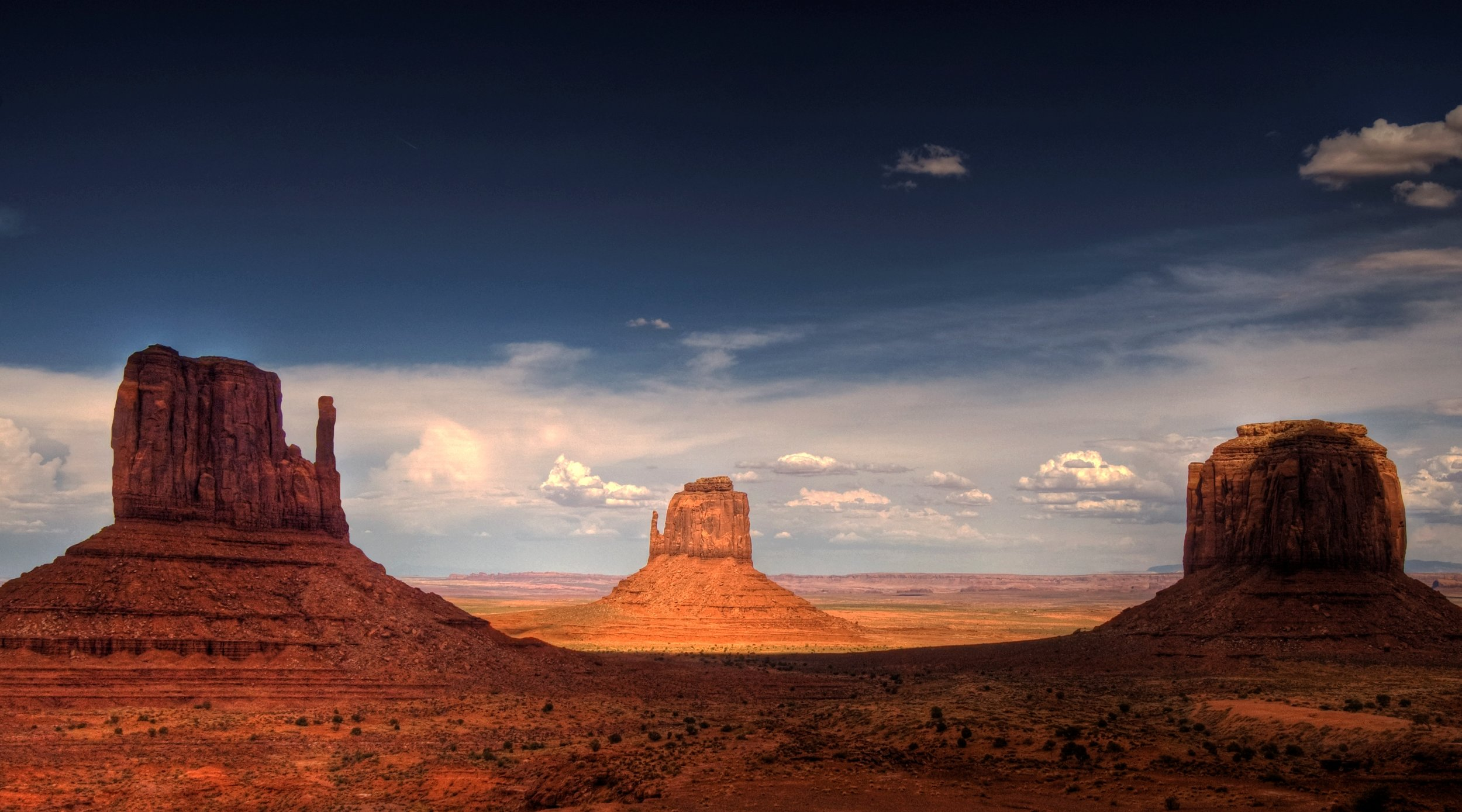 Monument_Valley,_late_afternoon_Cropped.jpg