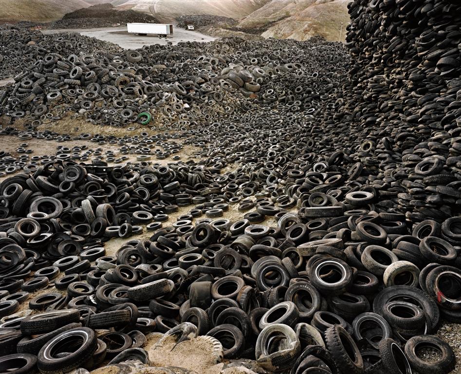Oxford Tire Pile #1 Westley, California, USA, 1999 di Edward Burtynsky