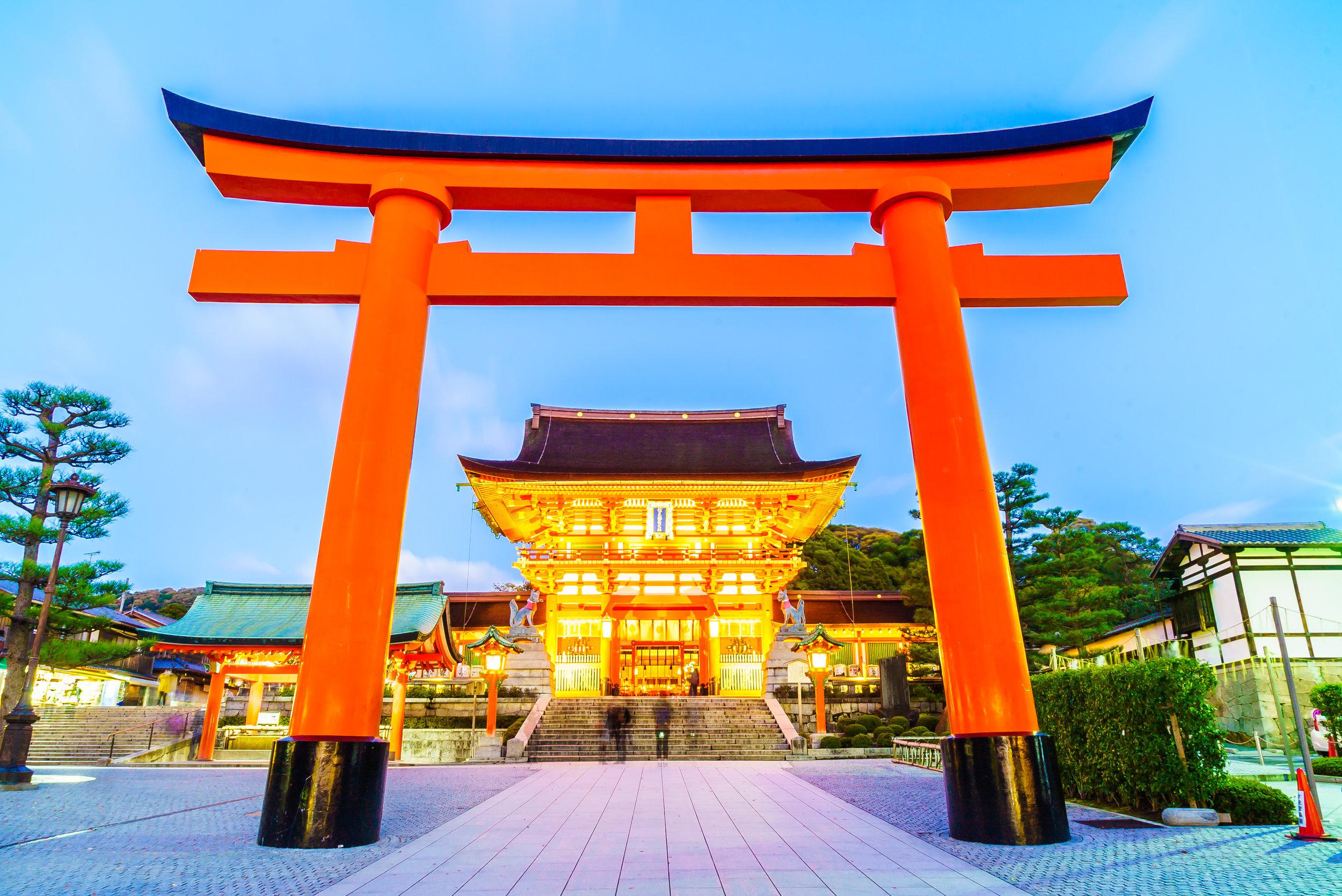 Il torii (鳥居) è il tradizionale portale d'accesso giapponese che porta ad un jinja (santuario shintoista) o, più semplicemente, ad un'area sacra.