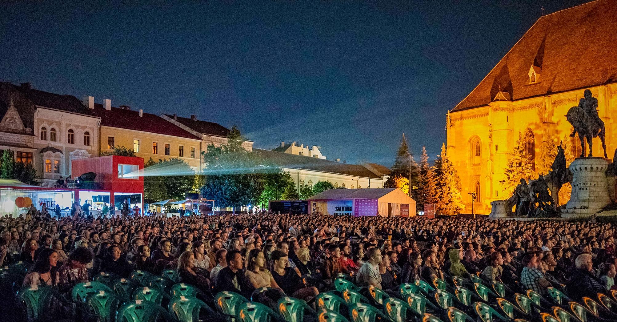Piazza Unirii a Cluj Napoca durante una proiezione del Transilvania International Film Festival. Foto di Valerio Greco