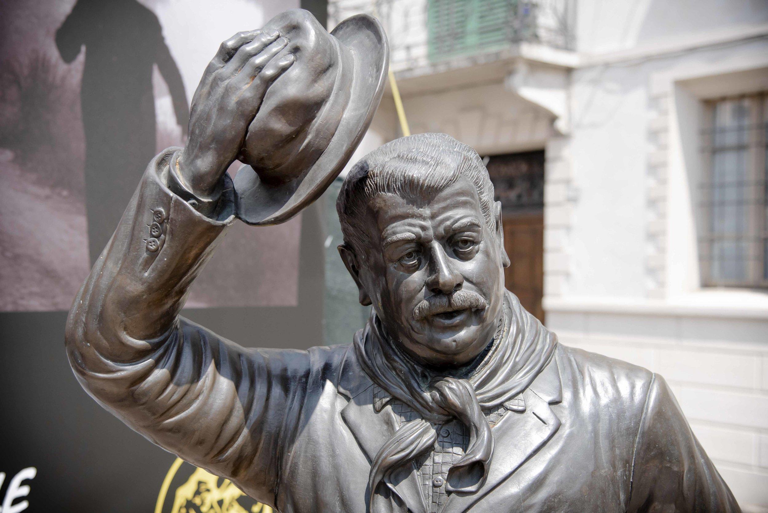 Statua di Peppone. Foto di Valerio Greco