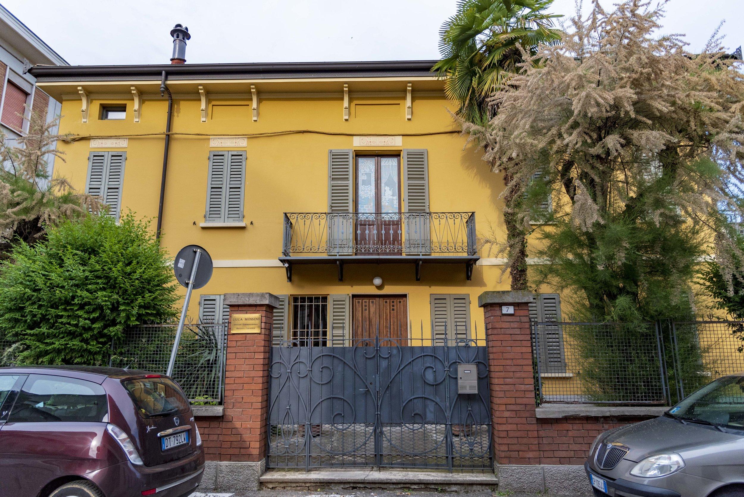Il balcone della casa di Peppone in via Carducci. Foto di Valerio Greco