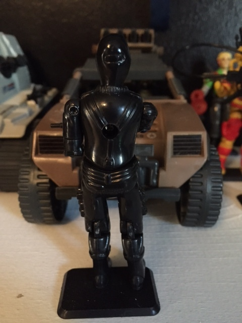 Snake eyes did not come with a back pack. He only came with an uzi sub-machine gun and an explosives pouch (not pictured)