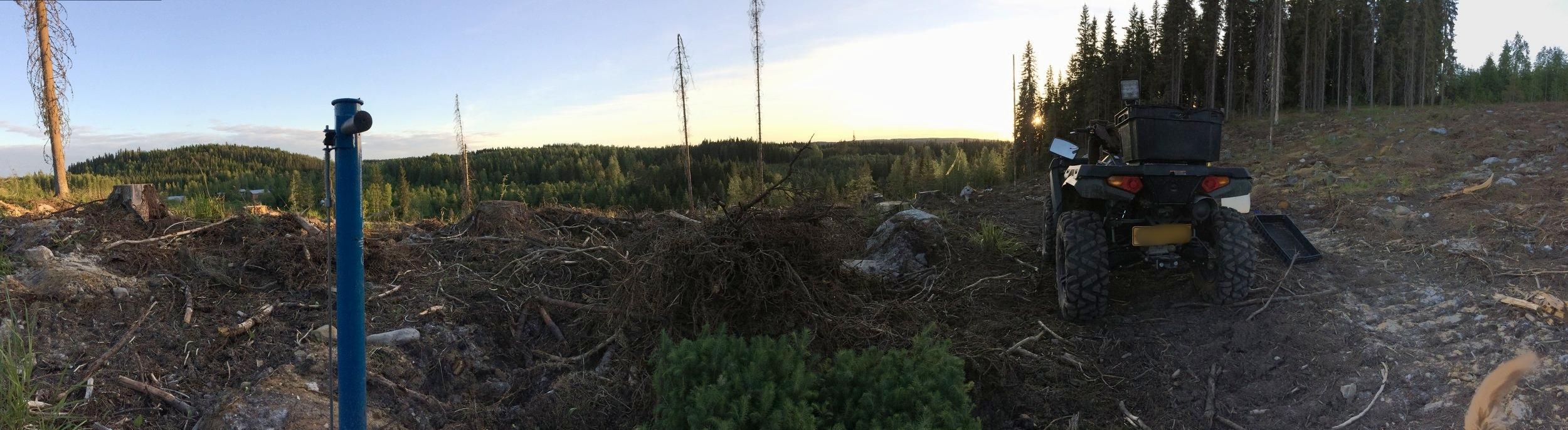 Muutaman hehtaarin metsäpalsta oli rinteessä, joka toi työskentelyyn oman lisänsä. Istuttaminen ei ole kuitenkaan urheilusuoritus, vaan tasainen työtahti palkitsee