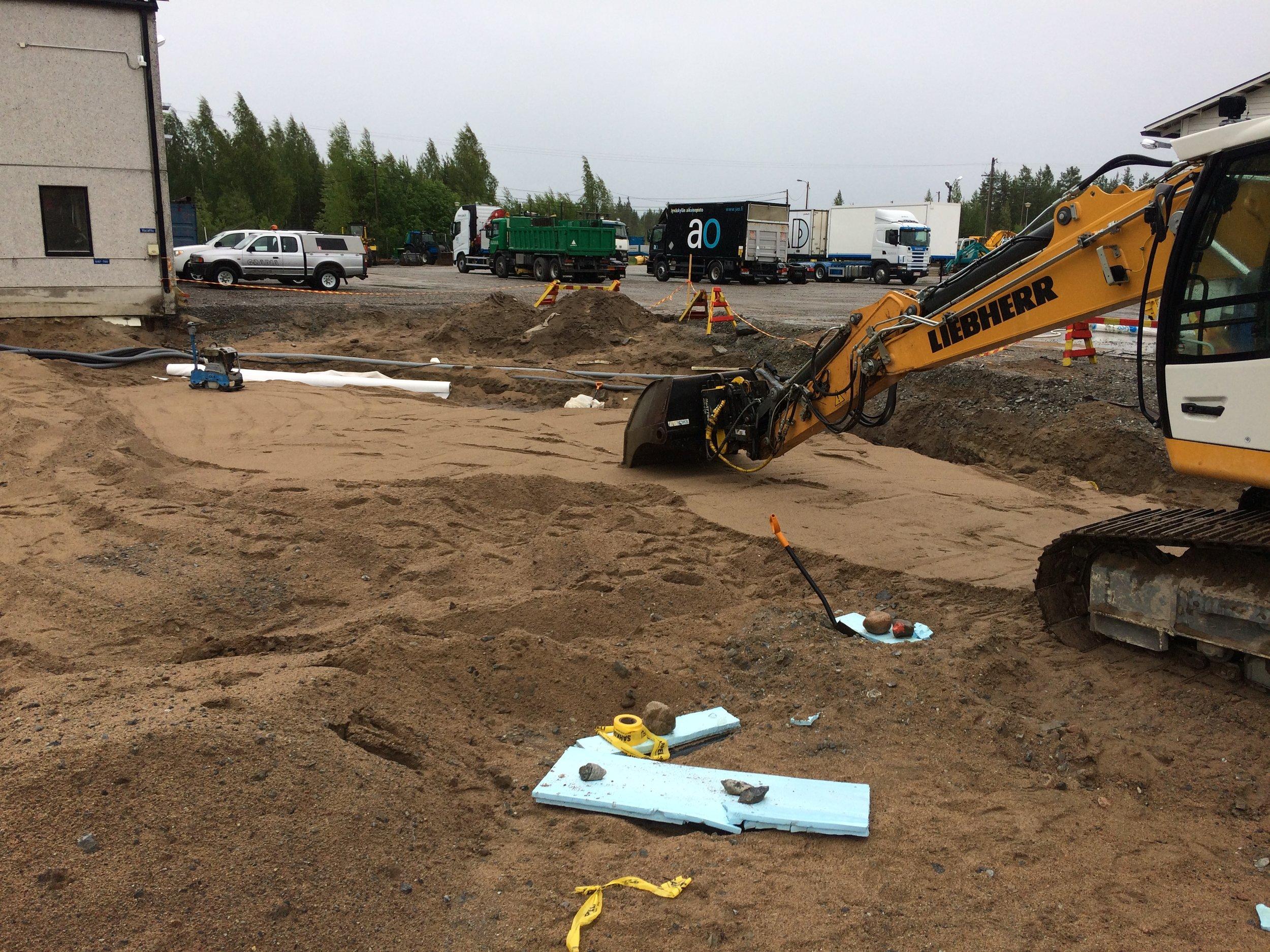 Kaivinkoneen puikoissa pääsi kokeilemaan oikeaa maanrakennusta; tehtävänä oli tasoitella parkkialueen alushiekka tärytintä varten