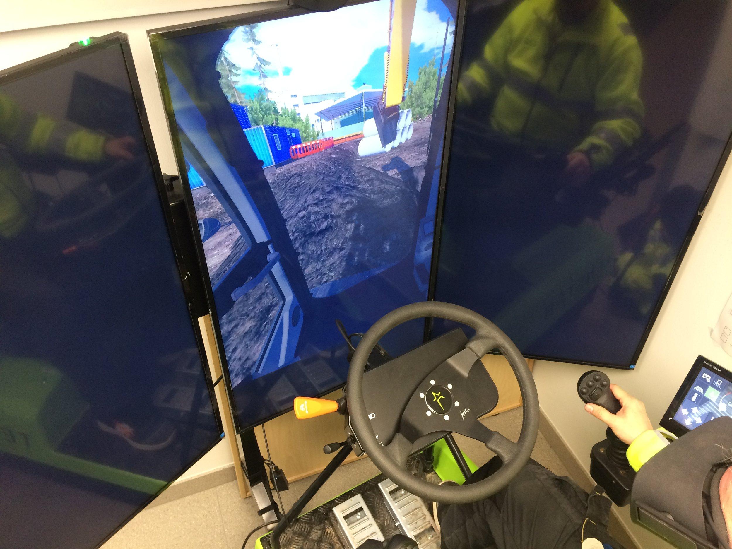 Virtuaalilaseilla operoidessa opettaja näkee yhdestä ruudusta ohjaamokuvan. Tämä mahdollistaa ohjeistamisen ja tehtävän edistymisen seuraamisen