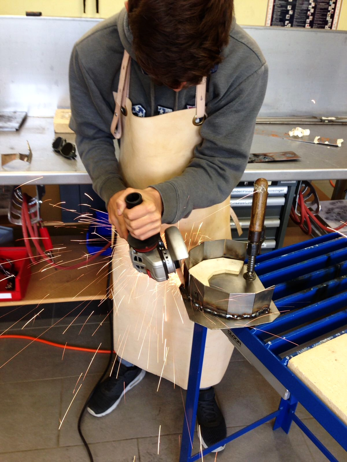 Action in der Metallwerkstatt mit dem Winkelschleifer