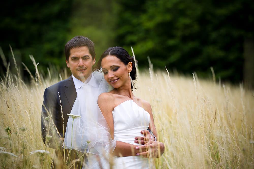 bruidsfotografie in het Westerpark Zoetermeer - tussen het gras