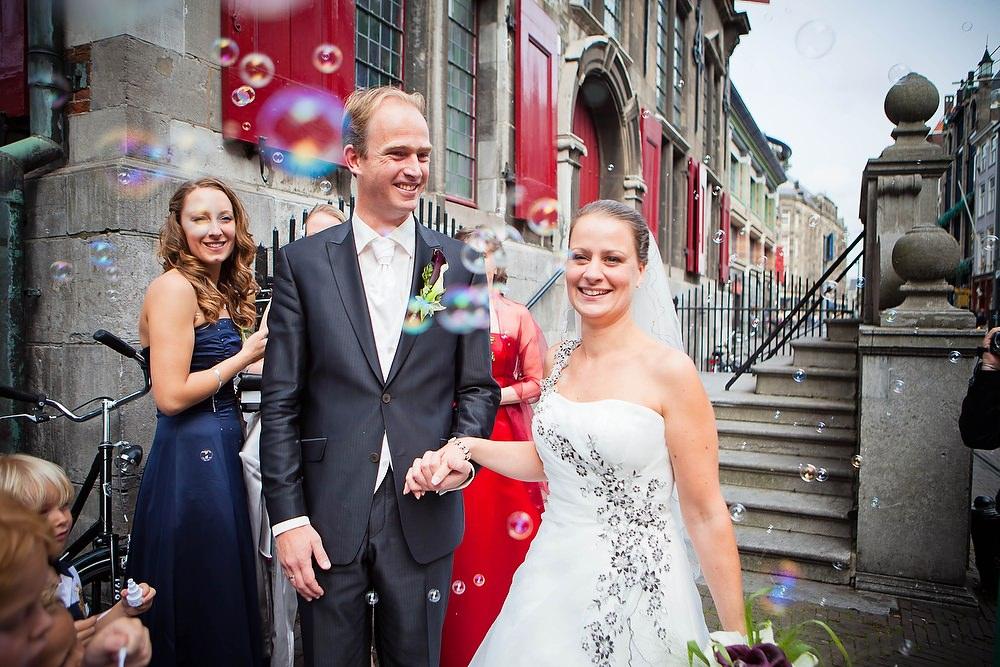 trouwfoto bij de Haagse Groenmarkt (voormalig stadhuis)