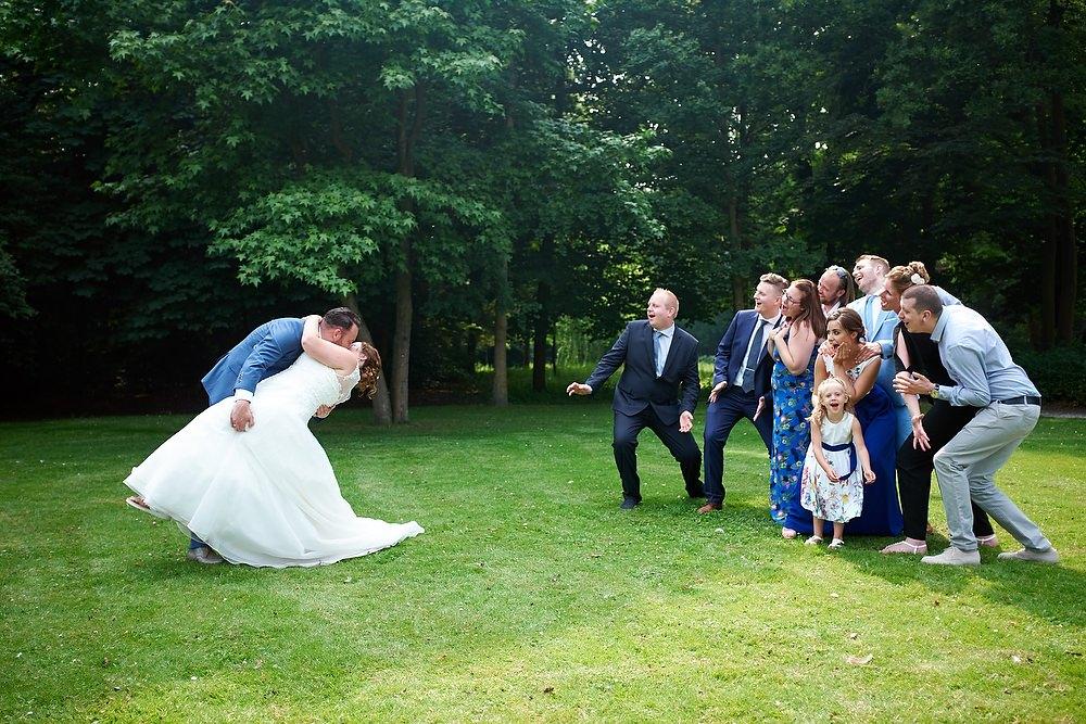 trouwshoot bruidsfotografie groepsfoto met zoen