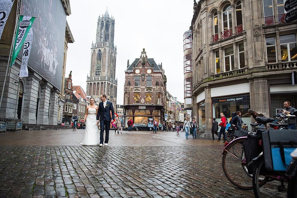 trouwshoot bruidsfotografie in Utrecht - bij het stadhuis en de Domtoren.jpg