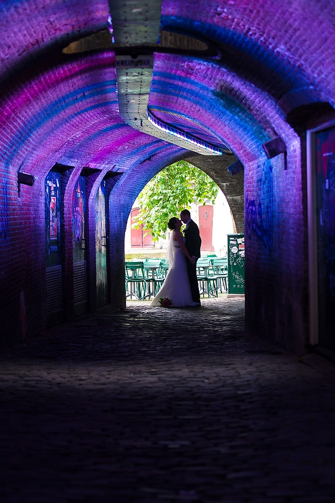 trouwshoot bruidsfotografie in Utrecht - bruidspaar bij de tunnel naar de grachten