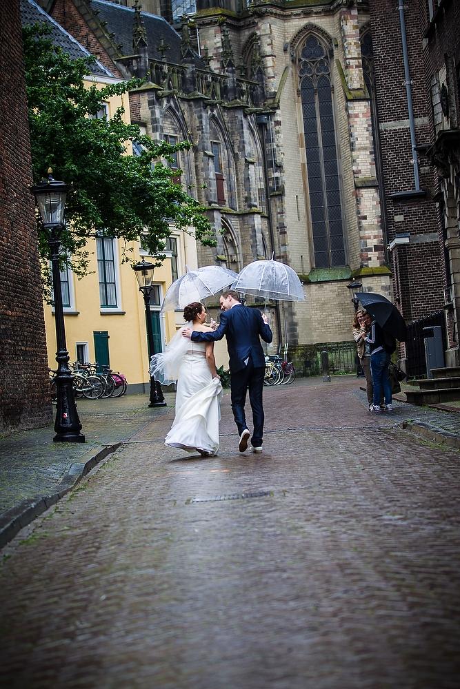 trouwshoot bruidsfotografie in Utrecht - centrum met regen