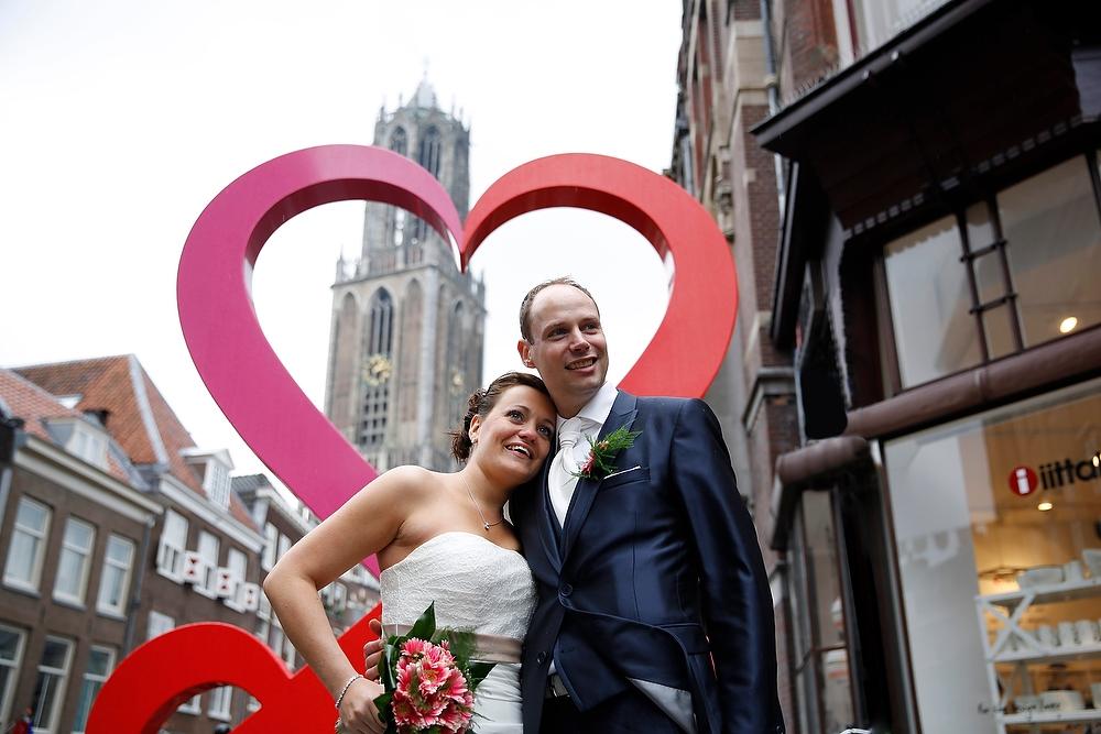 trouwshoot bruidsfotografie in Utrecht - bruidspaar bij het hard van Utrecht