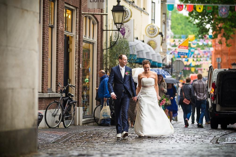 trouwshoot bruidsfotografie in Utrecht - bruidspaar bij de winkelstraatjes van Utrecht