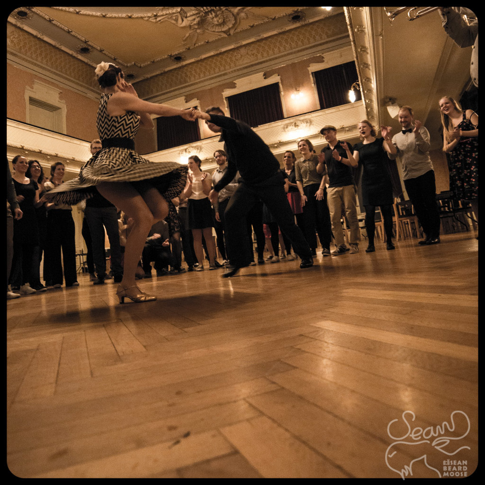 Gosia and Kuno killing it in the jam circle! - [14mm f4? 1/50 iso3200]