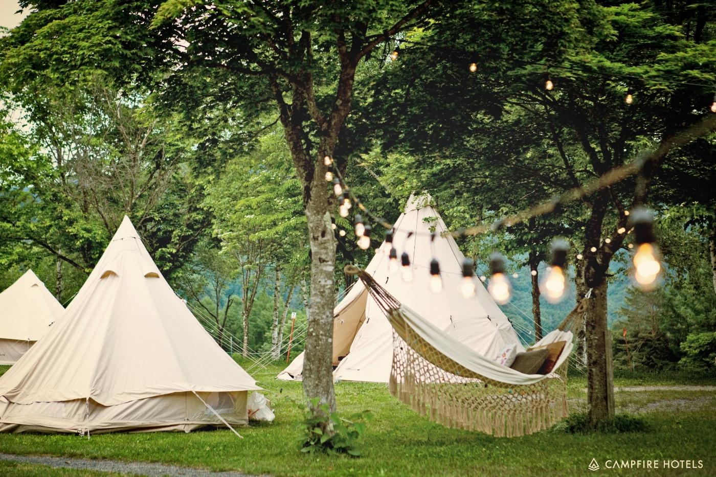 02 - グランピングテント カジュアルセットデザイン性を維持しつつ、テント内の家具をシンプルにしたお手軽なセットです。テント内が広く利用でき、パーティーや撮影等におすすめです。