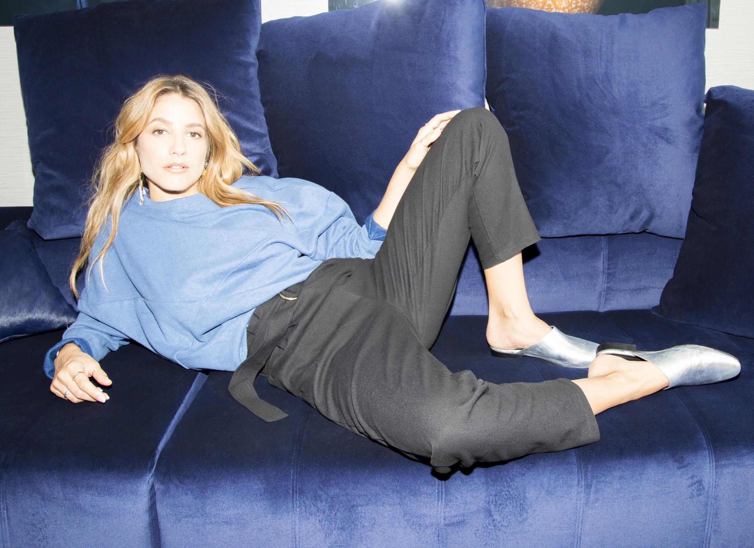 Chandail et pantalon : Odeyalo / Chaussures : Maguire Boutique